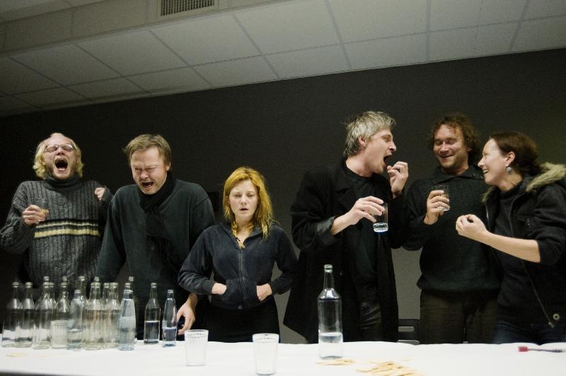 """""""Dugne"""" aktoriai kviečia ypač šventinei paskutinei šių metų vakariene"""