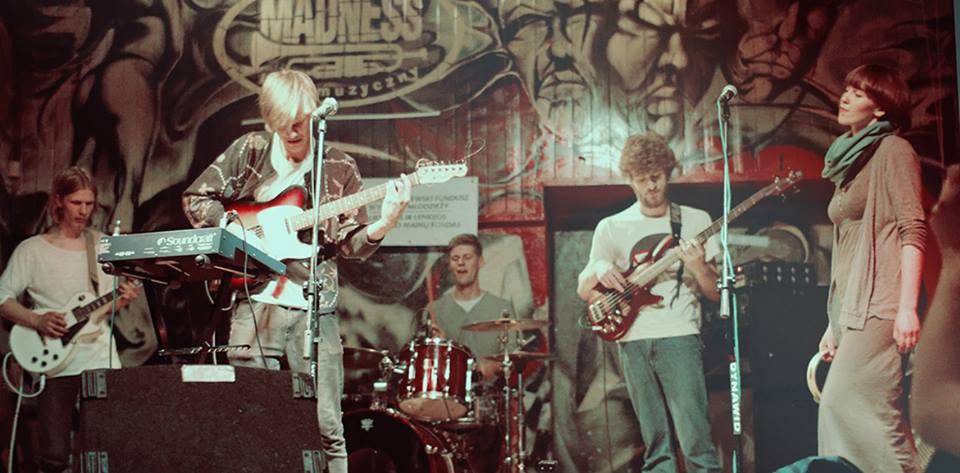 """""""Vasaros terasoje"""" - nemokamas grupės """"Garbanotas Bosistas"""" ir indie folk atlikėjo Šarūno Petručio koncertas"""