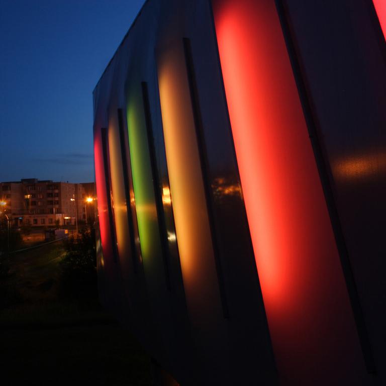 """Pilaitės rajoną trečiąjį kartą nušvies ir sušildys meninės šviesų instaliacijos festivalyje """"Beepositive"""""""