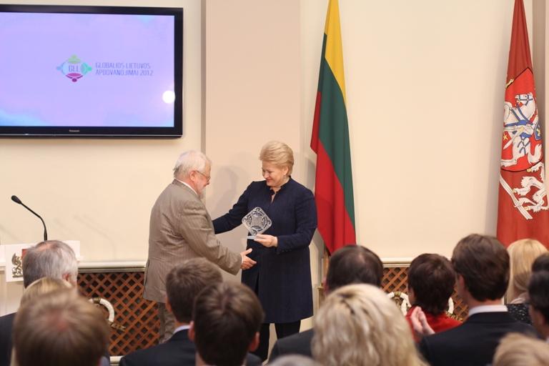 """Prezidentūroje įteikti """"Globalios Lietuvos"""" apdovanojimai"""