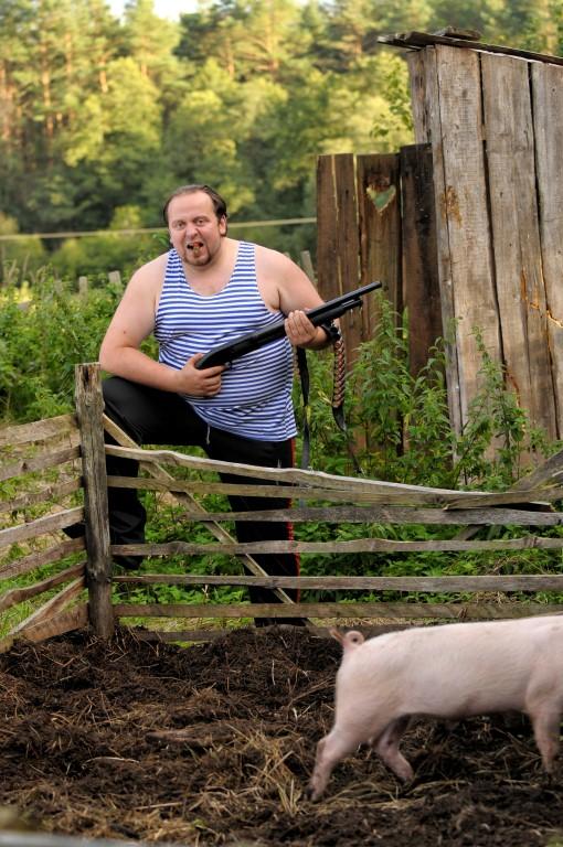 """Naujame režisieriaus E. Vėlyvio filme """"Redirected"""" lietuviškos kiaulės auklėja karališką britų kiauliškumą"""