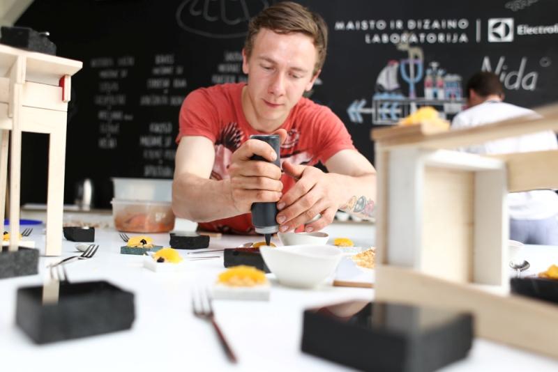"""""""Lauro lapo"""" šefas dalinosi idėjomis su dizaino studentais: maisto patiekimui tinka ir kėdutės"""